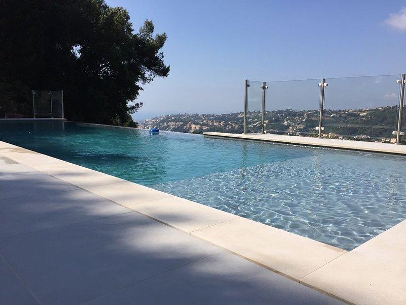 Villa tout confort, avec piscine à débordement,vue mer, sur les hauteurs de Nice, location de vacances à Falicon