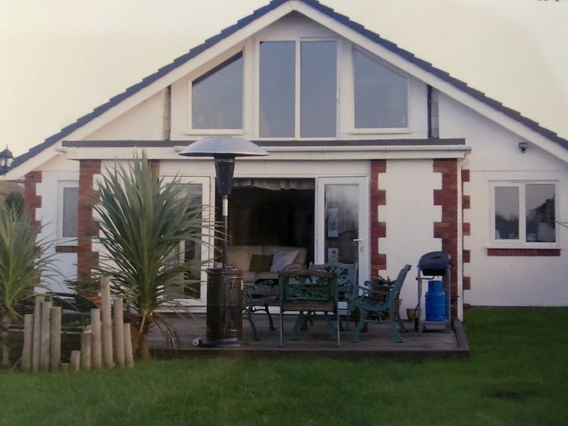Perfect for exploring the local 7 bays. Gated drive/ garden., vacation rental in Padstow