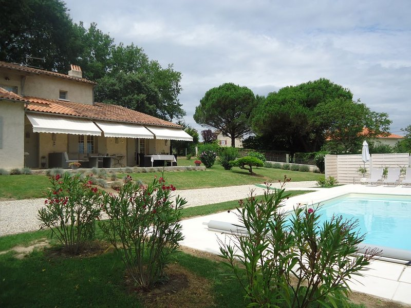 La Terrasse - The ultimate charming holiday house with private pool, holiday rental in Douzillac