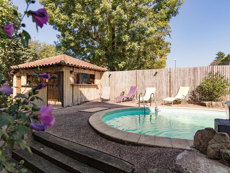 Luxurious restored building with heated swimming pool, terraces and jacuzzi., vacation rental in Senaillac-Latronquiere