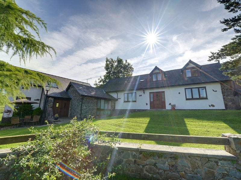Trefeglwys is 4 miles north of the market town of Llanidloes and this delightful, holiday rental in Trefeglwys