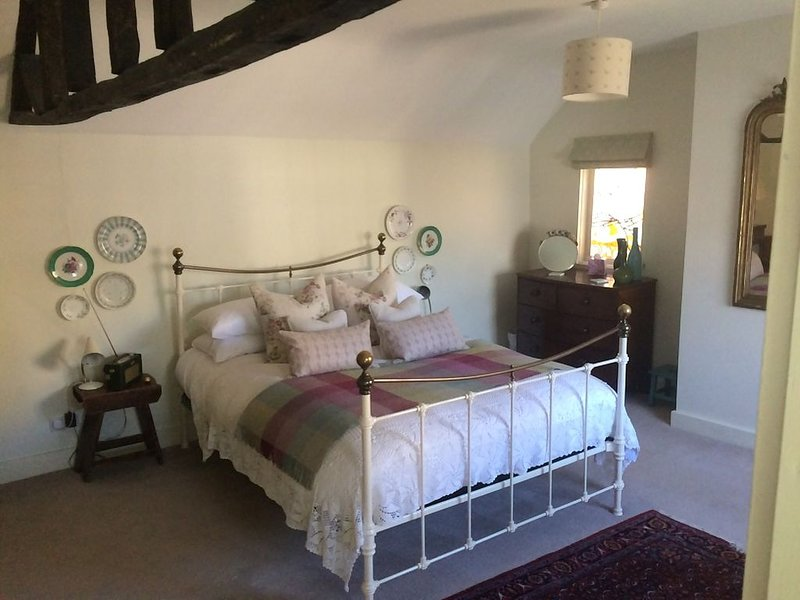 The Secret Cottage in the centre of historic Kimbolton village, Cambridgeshire, holiday rental in Keysoe