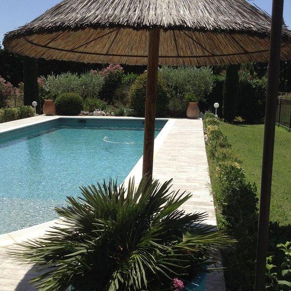Villa moderne en campagne, piscine clôturée, tout independant et privatif., holiday rental in Barbentane