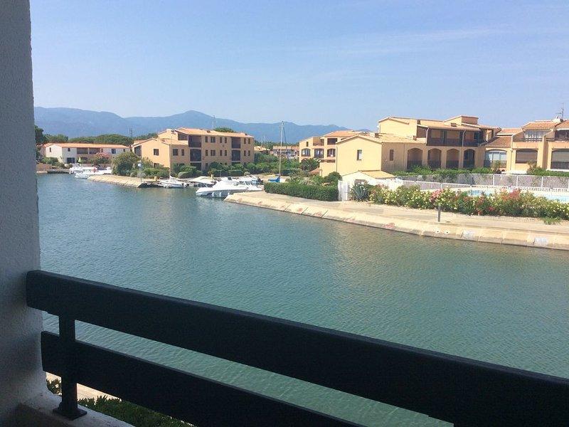 Studio cabine climatisé à 100 m de la plage,avec vue sur la lagune, piscine, location de vacances à Saint-Cyprien