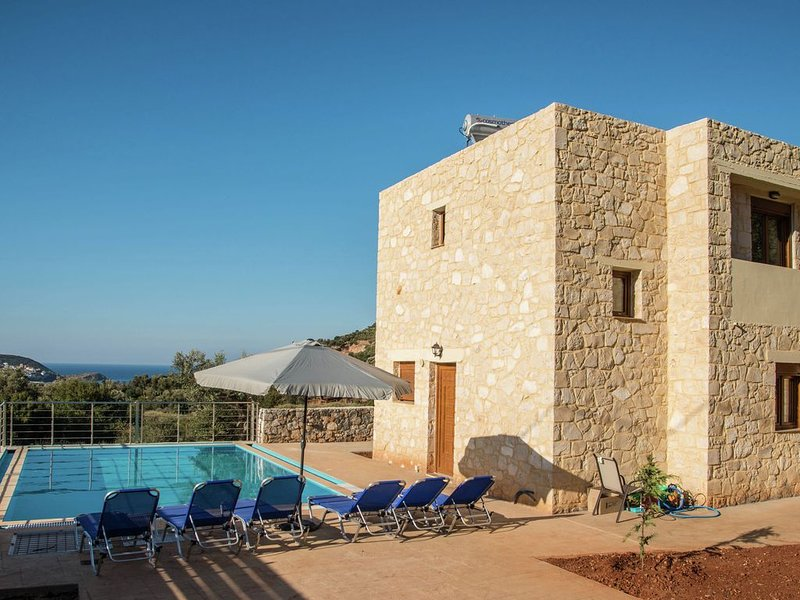 Beautiful new stone villa, large private pool, privacy, view of bay Bali, NW, holiday rental in Milopotamos