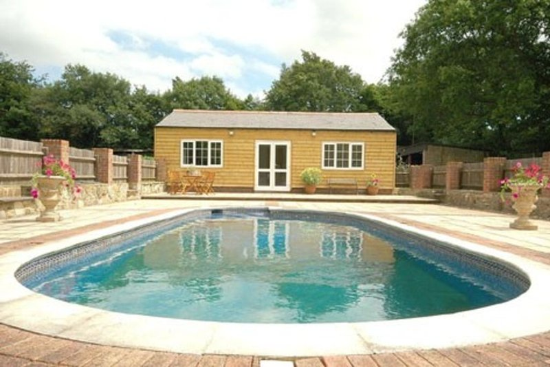 Lovely Sussex Countryside Cottage with use of pool & hot tub, sleeps 4, vakantiewoning in Herstmonceux