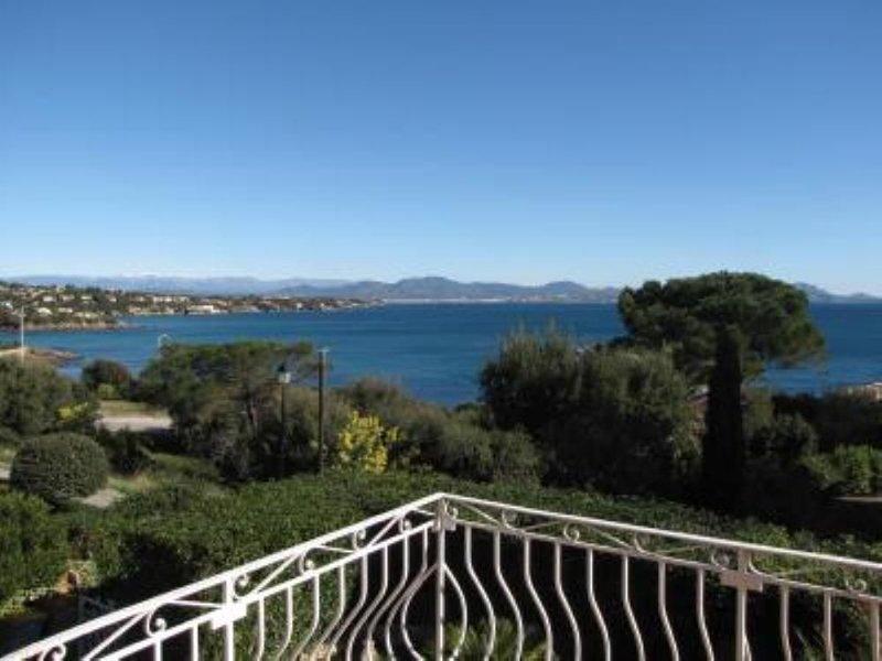 Charmante Maison  avec piscine chauffée face à  la baie de Saint Raphaël à 100m, holiday rental in Les Issambres