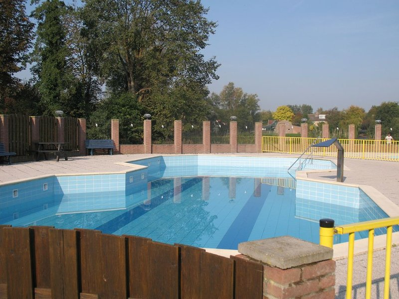 Charming chalet at 5 km of the seaside, with swimmingpool and playground, vacation rental in Schagerbrug