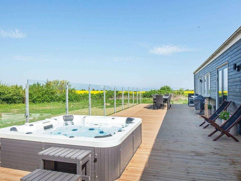 Luxurious Holiday Home in Jutland with Outdoor Jacuzzi, aluguéis de temporada em Hoejslev