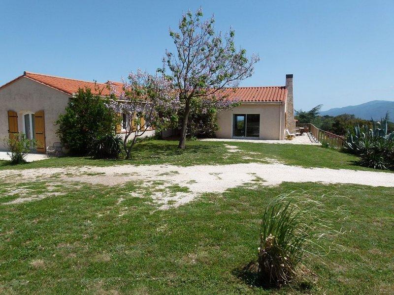 Grande villa pour 8 personnes, très calme, piscine, vue mer et montagne, vacation rental in Oms