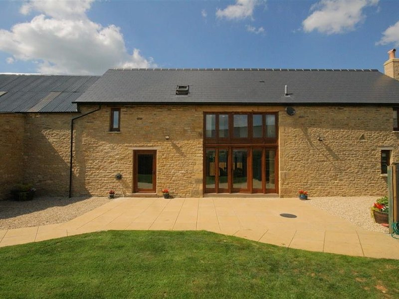 Tithe Barn, Lyneham, BURFORD, holiday rental in Chipping Norton