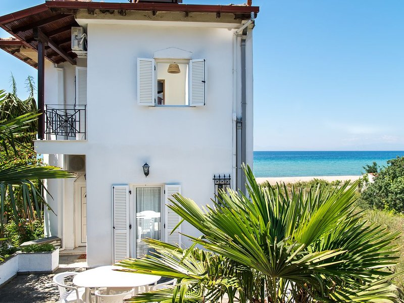 Beachfront Villa in Halkidiki, holiday rental in Nea Kallikratia