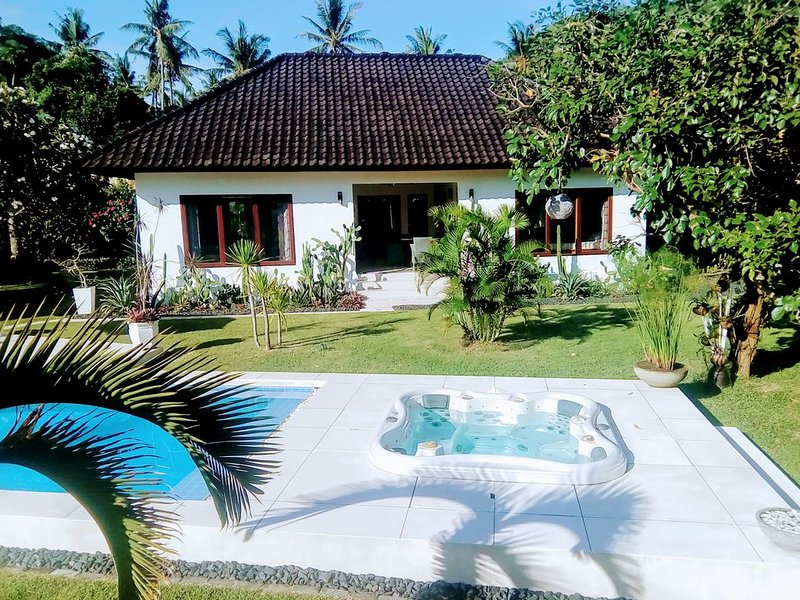 2BR Villa Paradise with swimmingpool and jacuzzi near the beach of Senggigi., aluguéis de temporada em Meninting