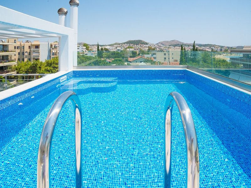 Voula penthouse apartment w/ private swimming pool, holiday rental in Varkiza
