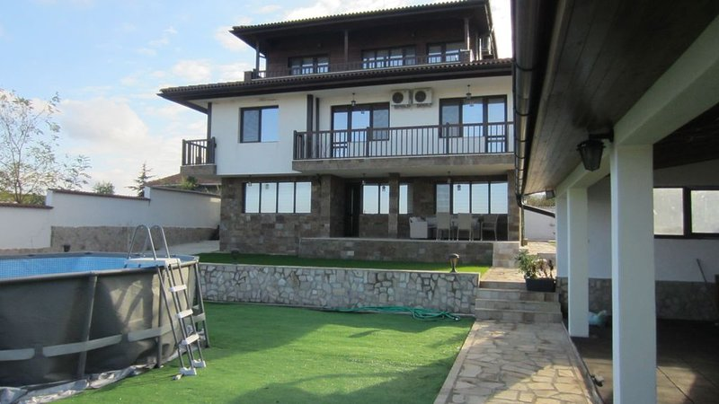 7 Bedroom Villa near Sozopol with Pool and wide garden, holiday rental in Chernomorets