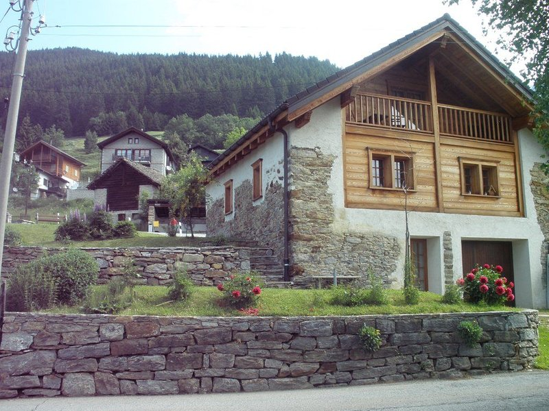 Chalet Charm unico nel suo genere nella valle., holiday rental in Airolo