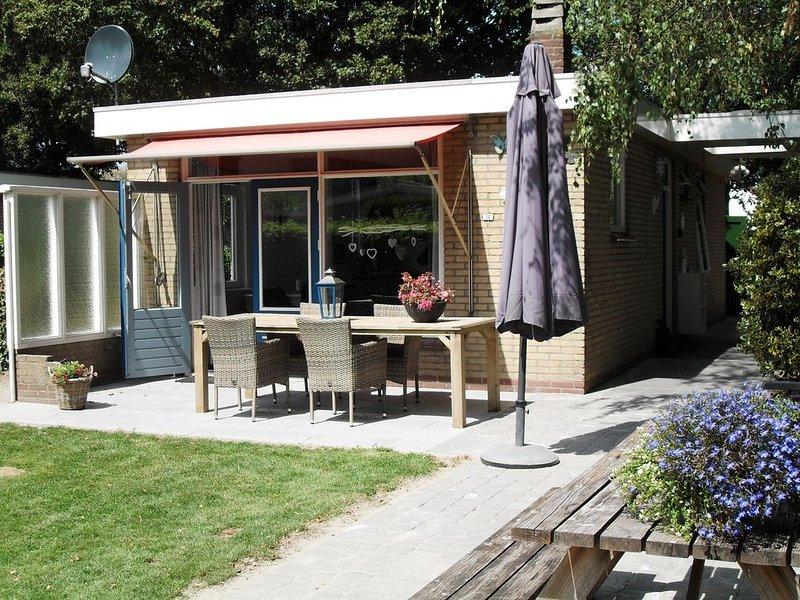 Geheel vrijstaand, ruime tuin, eigen parkeer plaats, rust ,natuur, zee en strand, holiday rental in Baarland