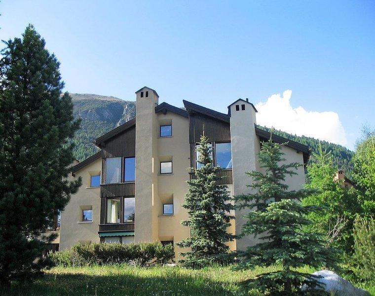 Beautiful & bright holiday apartment, casa vacanza a La Punt-Chamues-ch