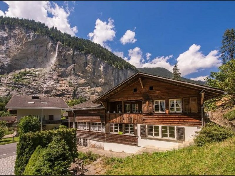 Authentic Chalet apartment in the valley of the waterfalls, vacation rental in Lauterbrunnen
