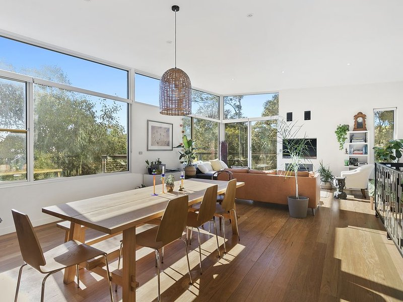 Sun drenched Family Living, Fireplace, 650m to Beach, Deck Overlooking Tree Tops, holiday rental in Aireys Inlet