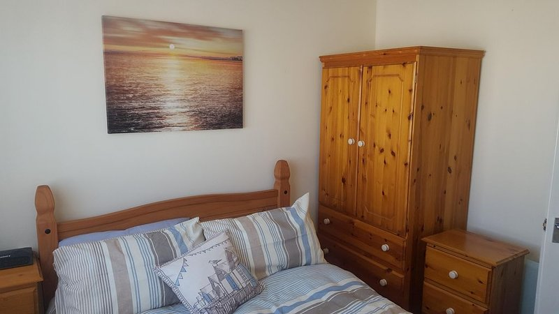 'Le Chalet' 2 bedroom sleeps 5 short walk to beach, location de vacances à Pembroke