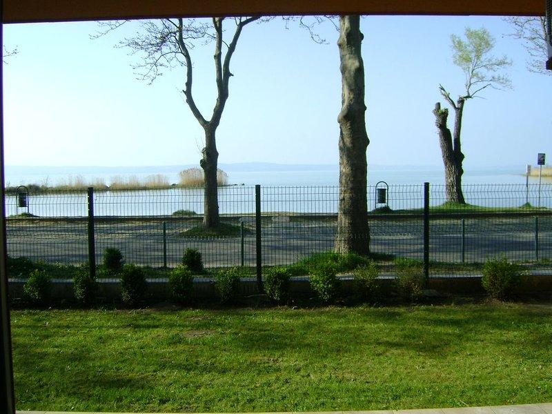 Ganz neu, modern Appartement direkt am Balaton mit Klimaanlage & kostenlos WIFI, holiday rental in Balatonakarattya
