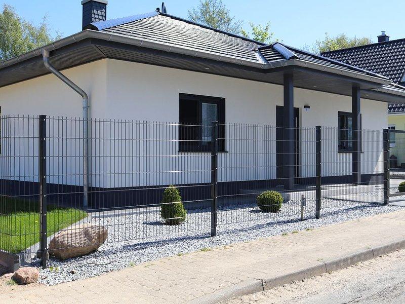 Neues, gepflegtes Ferienhaus mit großem Garten, holiday rental in Wendelstorf