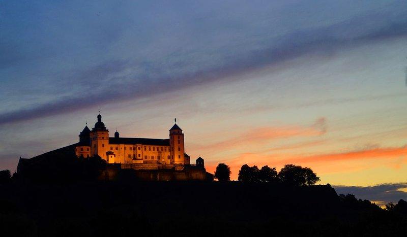 Utsikt från balkongen till fästningen vid solnedgången