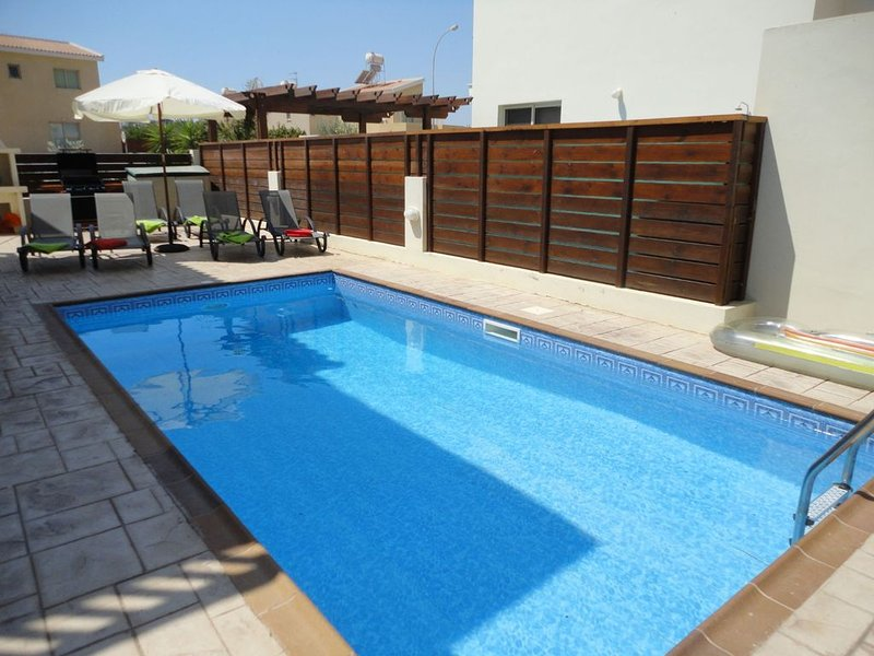 3 bedroom family friendly villa, Private Pool , accommodation for 8 people – semesterbostad i Paralimni
