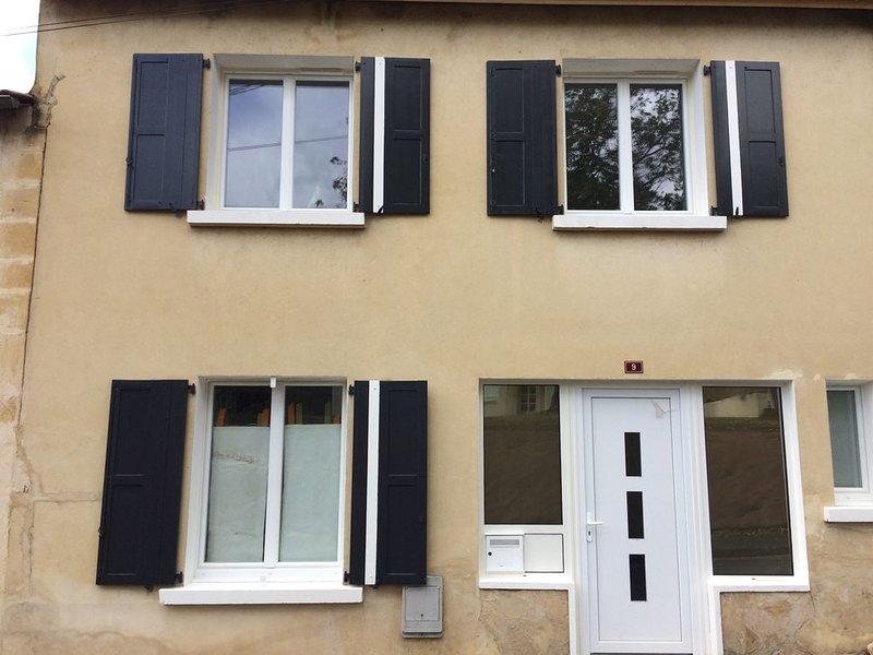 Maison de village rénovée avec soins, dans un esprit moderne et fonctionnel., location de vacances à Cause-de-Clérans