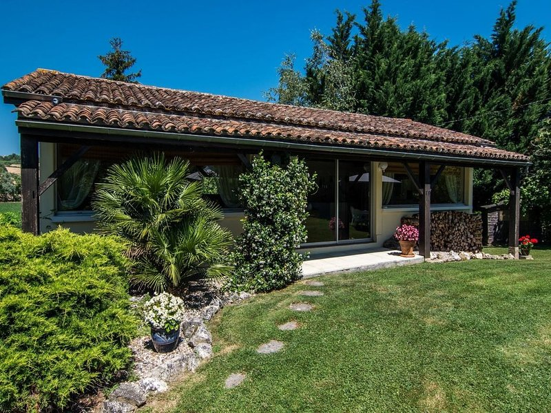 Gorgeous holiday home in Monclar with Private Pool, holiday rental in Castelmoron-sur-Lot