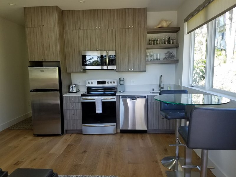 New, modern inlaw unit. Private entrance, quiet hillside El Granada neighborhood, holiday rental in Moss Beach