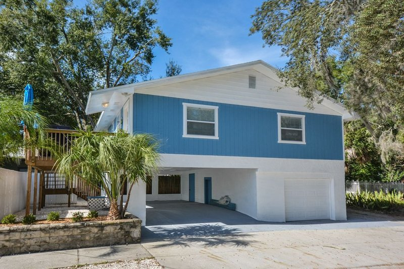 Coastal Dream Vacation Home in the heart of Down Town Tarpon Springs!, holiday rental in Tarpon Springs