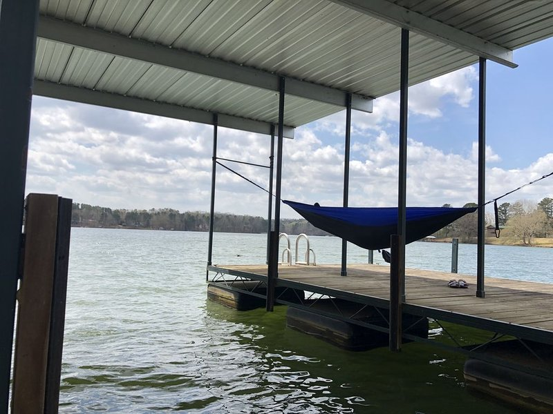 Private  Lakefront Mountain Home With a Covered Deep Water Dock, vacation rental in Martin