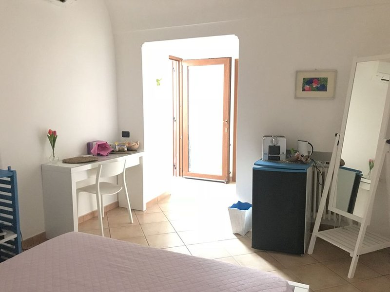 Camera con letto matrimoniale, bagno privato con annessa area terrazzata, location de vacances à Anacapri