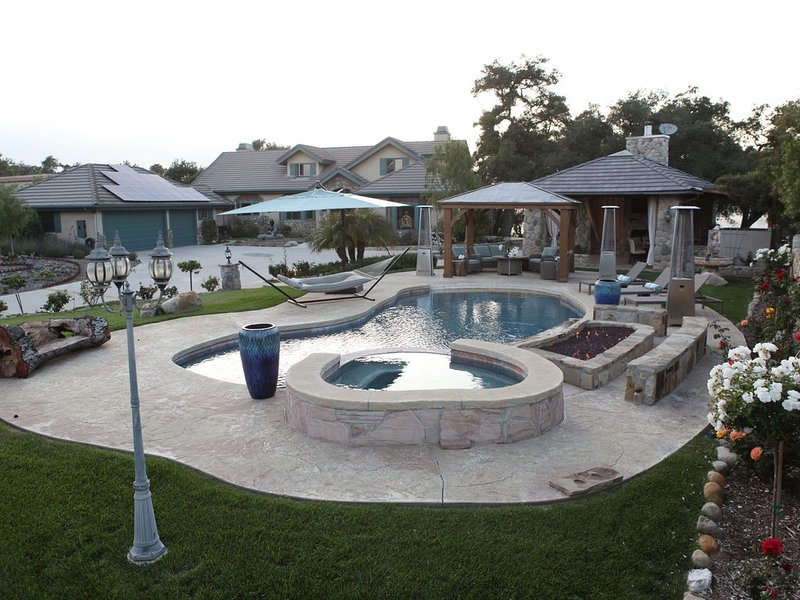 Sunset View Oasis�Saltwater Pool+Spa, Infrared Sauna, Outdoor Kitchen, casa vacanza a Oak View