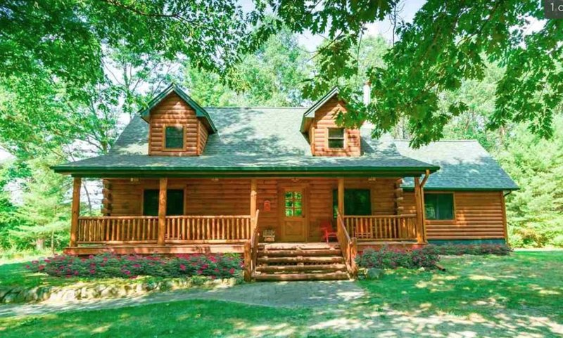 TORCH LAKE CABIN IN THE WOODS, alquiler de vacaciones en Bellaire