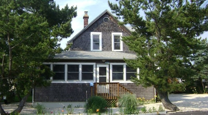 Beautiful 5 Bedroom Victorian Home - 3rd House from Ocean, vacation rental in Ship Bottom