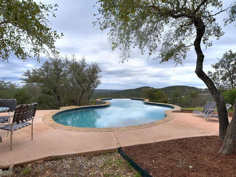 Serene Hill Country Home, 12+ Acres, Infinity Pool, 7 Bedrooms, Newly Remodeled, holiday rental in Lakehills