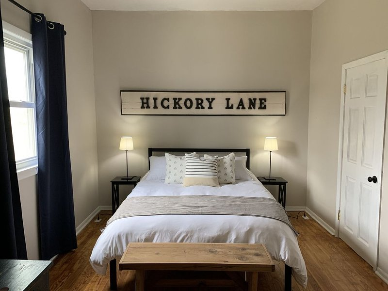 The Hickory House -Three Oaks, MI Retreat for 14 - 6 BR, 2.5 Bath, location de vacances à New Carlisle