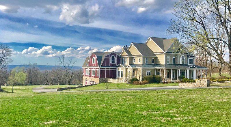 Stunning Mountain, Vista, and Sunset Views; Theatre, Banquet Hall, vacation rental in Winchester