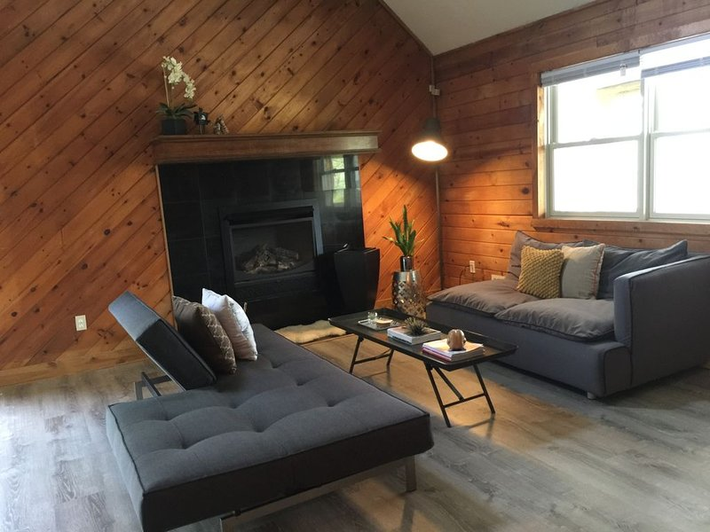 Charming Chalet Close to Everything *Sleeps 6*, holiday rental in Pocono Manor