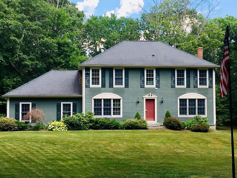 Beautiful Colonial Home in a Peaceful Setting Bordering Natchaug State Forest, aluguéis de temporada em Holland