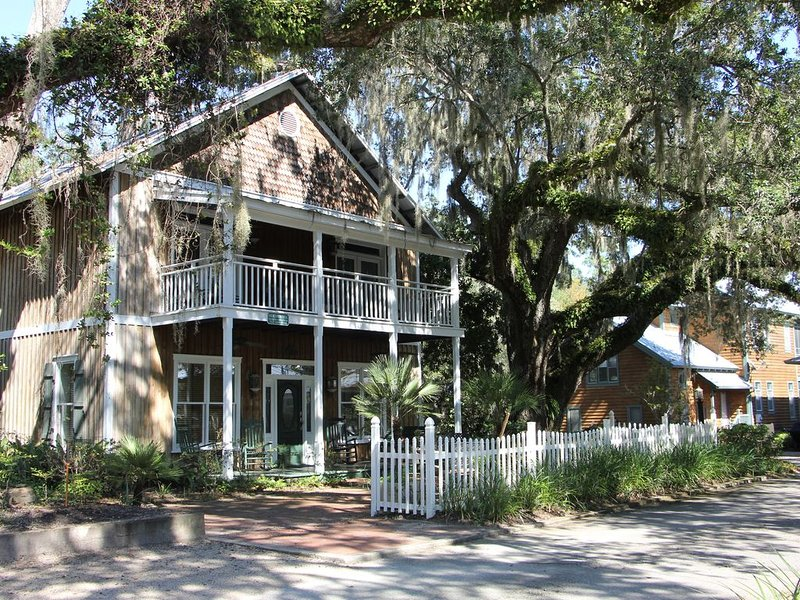 Steinhatchee Landing Resort 4BR/4BA  Sleeps 12 in Beds Perfect for Entertaining, holiday rental in Steinhatchee