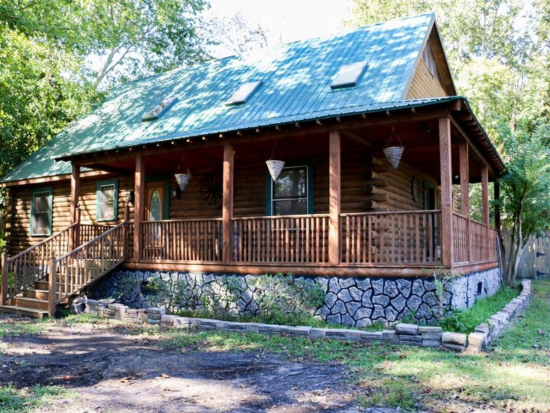 Southern Charmed Cozy Log Cabin, alquiler de vacaciones en North Charleston
