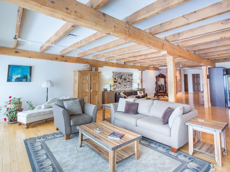 Historic Riverfront Penthouse with 2 Bedrooms in the Heart of Old Quebec, location de vacances à Saint-Michel-de-Bellechasse