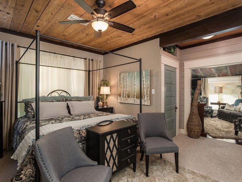 Bow-wood Suite * BoisD'Arc Bungalow & Suites  - Rustic/Romantic Getaway, alquiler vacacional en Center Point