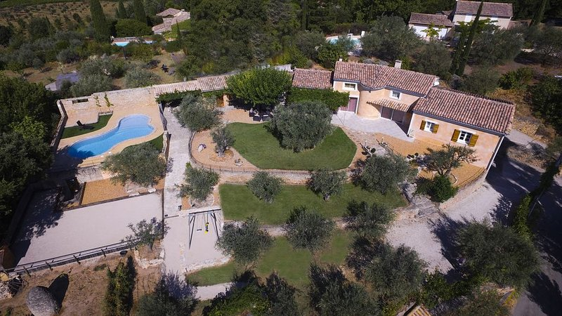 Maison de caractère avec piscine à proximité de Vaison la romaine, vacation rental in Puymeras