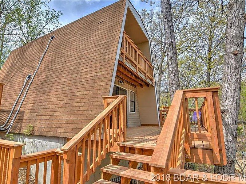 Adorable 2 bedroom 1 bath Lake front A-Frame House - Lake front!, alquiler vacacional en Rocky Mount