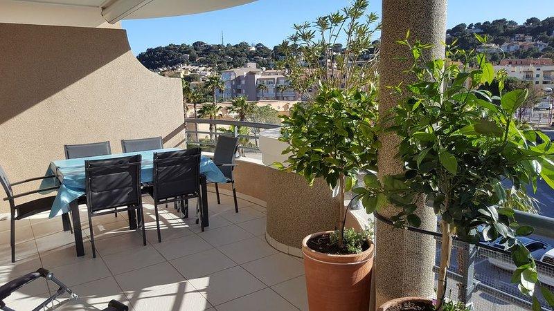 Appartement climatisé, balcon 16 m² Sud-Ouest, garage, calme, centre et plage, holiday rental in Cavalaire-Sur-Mer